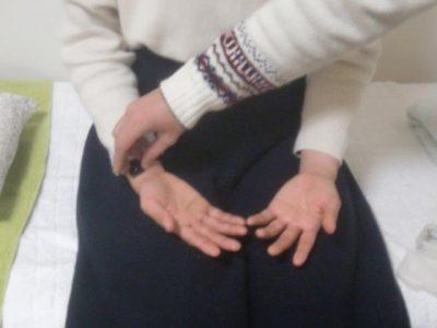 不妊鍼灸の診断。脈診部に磁石を当てています