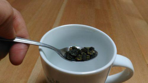 マグカップに茶葉を入れる